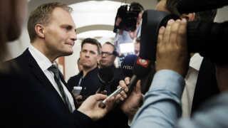 """DF lader Esben Lunde Larsen blive som minister. Det er godt, at man siger undskyld, når man har """"lavet noget skidt"""", siger gruppeformand Peter Skaarup."""