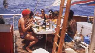 Flåden Acali krydsede Atlanten med 11 deltagere i et kontroversielt vredeseksperiment i 1973. Det har instruktør Marcus Lindéen sat sig for at formidle i dokumentaren 'The Raft'.