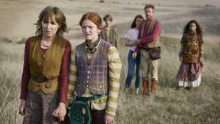 Gerda Lie Kaas, der er datter af Nikolaj Lie Kaas, spiller hovedrollen som Clara, mens Sonja Richter ses i rollen som moster Isa.
