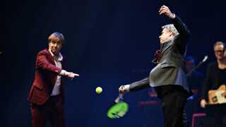 H.K.H. Kronprins Frederik indviede K.B Hallen på Frederiksberg ved at skyde en tennisbold ud over publikum.