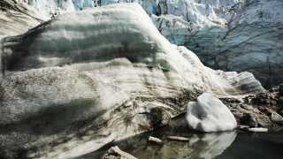 En gletscher er ved at lade livet på Grønland.