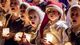 Interessen for at overvære DR Pigekoret og DR Korskolens julekoncerter har været enorm igen i år. Over 6000 har i løbet af den seneste uge været til én af de fire koncerter i DR Koncerthuset, mens flere end 3000 spændt har ventet på, om de skulle få plads. For så mange har været skrevet op på venteliste til at købe en billet til koncerterne. Udover DR Pigekoret medvirkede også DR Spirekoret, der er mellem 6 og 8 år og ses på billedet her, DR Børnekoret og DR Juniorkoret.