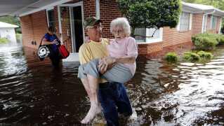 USA: Orkanerne Florence og Michael. Skader: 209 milliarder kroner. De to orkaner var blandt de mest destruktive i historien. På billedet bliver 84-årige Iris Darden evakueret fra sit hjem i Spring Lake i North Carolina, som oplevede rekord i regnfald under orkanen Florence.