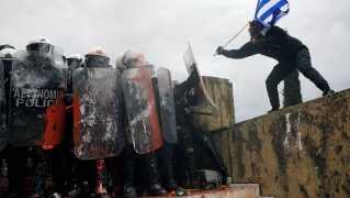 Demonstranter på gaden i Athen i dag i strid om den aftale mellem Grækenland og Makedonien, der giver Makedonien et nyt navn.