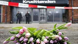 (ARKIV) Blomster foran Krudttønden hvor en person blev skuddræbt den 14. februar 2015.