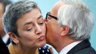 Her kindkysser Margrethe Vestager (R) med den nuværende kommissionsformand, Jean-Claude Juncker.