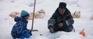 Ved at udelade de uomtvistelige problemer i Grønland maler instruktøren samtidig et naivt skønmaleri af en flok glade primitive, der bare helst vil være i fred, mener filmanmelder Per Juul Carlsen.
