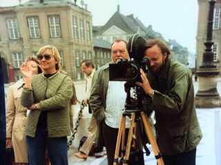 På optagelse i 1979. Yderst til højre står Peter Klitgaard, der ser tiden med 'Matador' som et af karrierens højdepunkter - på grund af det gode samarbejde med den kompromisløse instruktør Erik Balling (i midten). Til venstre med en smøg ses scripter Birthe Frost.
