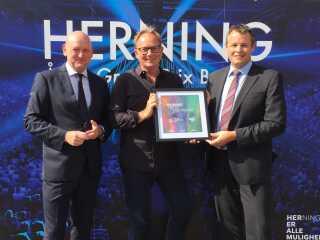 Administrerende direktør for MCH Messecenter Herning Kongrescenter, Georg Sørensen (t.v) sammen med DRs underholdningschef Jan Lagermand Lundme (i.m.) og Hernings borgmester, Lars Krarup (t.h.).