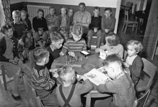 Midt i billedet ses Frede Farmand Rasmussen i en stribet sweater. Billedet er fra indvielsen af Det Struckske Børnehjem i Tønder, 1955.