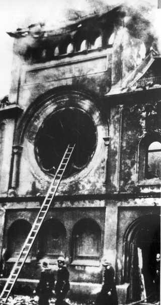 Nazisterne fik det til at ligne et spontant, folkeligt oprør. Men det var civilklædte tropper fra de nazistiske korps SS og SD, der sammen med nazi-aktivister gik til angreb i jødiske kvarterer den nat. Her er det brandfolk foran Berlins største synagoge, Fasanenstrasse, dagen efter, at nazister har sat ild til den.