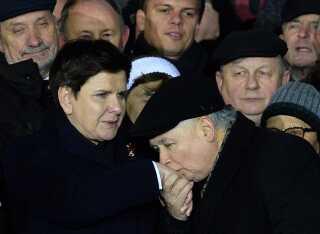 Lov- og Retfærdighedspartiets leder, Jaroslaw Kaczynski, kysser regeringsleder Beata Szydlo på hånden under et optog i sidste uge for at markere 35-års dagen for krigsretstilstanden i Polen i 1981.