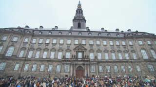 Flere hundrede klimastrejkende studerende havde fredag indfundet sig på Christiansborgs Slotsplads.