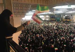Sortklædte kvinder hylder kandidaten Ebrahim Raisi ved et vælgermøde.