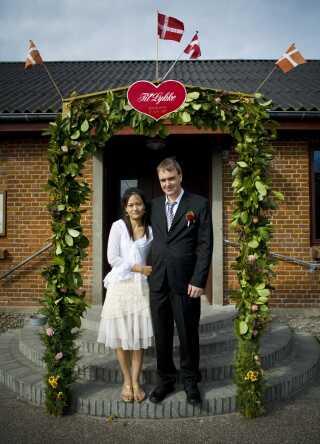 Kae og Kjeld blev gift i 'Fra Thailand til Thy'. I 'Hjertelandet' møder vi parret igen, hvor Kaes søn Mark også er kommet til Danmark, og parret desuden har fået sønnen Mads.