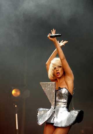 Lady Gaga, som vi kender hende på scenen - med blond hår, godt med energi og en vild kjole. Her ses hun under sin optræden ved den engelske Glastonbury Festival i 2009.