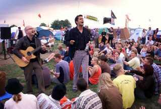 Den allerførste gang: Omkring 400 mennesker var mødt op da Zididada indtog Roskilde Festivals campingareal i 1999. Men koncerten blev snart standset, da Ziddiada hverken var booket til at spille på festivalen eller havde adgangstegn til campingpladsen.