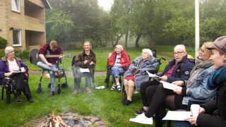 De unge arrangerede mange hyggelige ting, mens de boede på Abildgården. Her er de unge og de gamle til bålfest med guitar og fællessang.