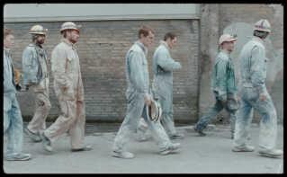 Der er kalk her, der og alle steder i 'Vinterbrødre'. Her ses Elliott Crosset Hoves hovedrolle Emil på vej til kalkbruddet sammen med kollegerne.