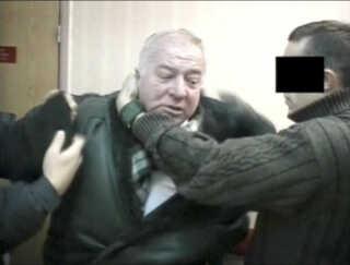 En udateret video viser Skripal blive tilbageholdt af agenter fra den russiske sikkerhedstjeneste.