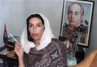 Benazir Bhutto var datter af Zulfikar Ali Bhutto, grundlæggeren af Pakistans Folkeparti, PPP. (Plakaten i baggrunden). Faderen blev henrettet af militærdiktator Zia Ul Haq i 1979, hvorefter den unge Benazir stillede sig i spidsen for partiet. Foto fra 1988.