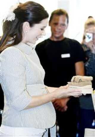 Kronprinsesse Mary f?r overrakt et par b?rnemokkasiner i lammeskind ved indvielsen af Hans Knudsen Instituttets nye domicil p? Glentevej i K?benhavn onsdag 7. september 2005