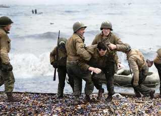 Soldater går i land i Normandiet på D-Dag under 2. verdenskrig.