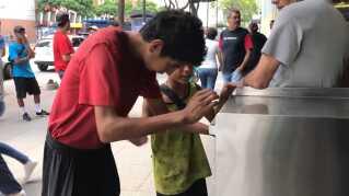 Drengene er mellem 11 og 24 år og kæmper med knive for at forsvare deres territorier i Caracas, hvor de roder efter mad i skraldespandene.