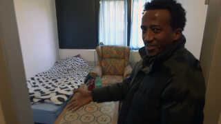 Samuel Mogos fra Eritrea bor sammen med en gruppe andre flygtninge fra hjemlandet på et tidligere kollegium i Haslev. Kollegiet skal huse 110 flygtninge.