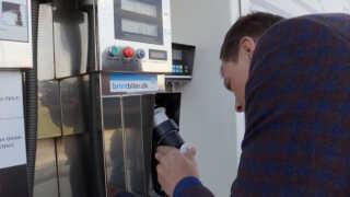 At tanke brint adskiller sig ikke markant fra at tanke el eller benzin.