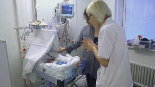 Læge Pia Sønderby Christensen undersøger lille Carl for at se, om han skal blive ved med at få medicin.