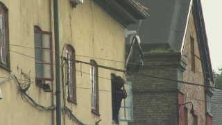 Her forsøger en person at hænge en sort plastiksæk over et overvågningskamera i Pusher Street.