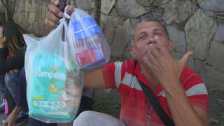 Manden her gik i byen for at købe mad, men butikken havde ikke andet end babyprodukter.