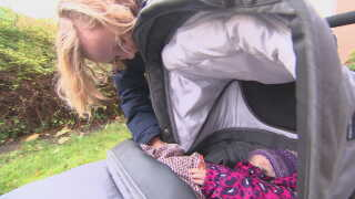 Marie Mygind Damgaard har sin datter med på fertilitetsklinikken. her skal hun om nogle uger have sat et donoræg op.