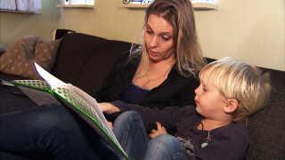 Heidi Riishøj læser højt for sin søn Johan, der ingen vacciner har fået.