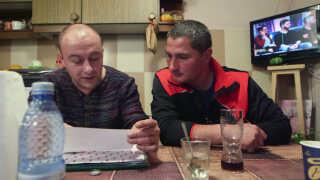 Guiliano Baluta (th) er i dag tilbage i Rumænien. Her gransker han lønsedler fra IF Group og timeopgørelser  sammen med sin tidligere kollega Marius Konstantin Nina.