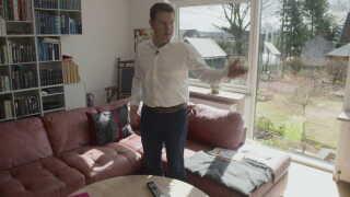 Jens Rohde lå i sin sofa og så tv om natten, da han så lyset fra en lommelygte under døren.