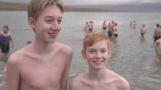 Der var også tid til fornøjelser på pilgrimsrejsen. Simon Gade Pedersen, Simon Galmstrup Thomsen og deres kammerater nåede en svømmetur i det døde hav.