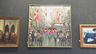 Kunstmaleren Paul Fischer har malet sig selv yderst til venstre på maleriet, hvor hans døtre og hustru også optræder.