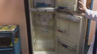 Det her køleskab burde være fyldt op med medicin. Men der er ikke noget.