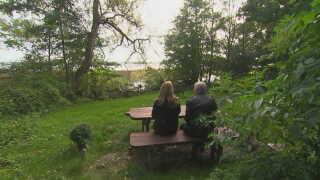 Hans Petersens forældre, Jackie og Ivar Petersen, på den bænk, som de har sat op ved Furesøen nord for København til minde om deres søn.