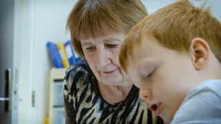 Else Helverskov hjælper 7-årige Tobias Bak Larsen fra 1. klasse på Grauballe Skole med lektierne.