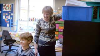 Der skal altid leges, når Else Helverskov er på Grauballe Skole som frivillig bedstemor.