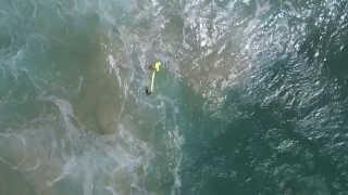 Dronen kastede en lang og aflang redningskrans ned til de to teenagedrenge.