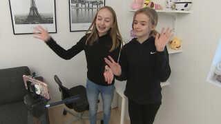 Her er Nanna i gang med at lave en Youtubevideo om squishies med sin tvillingesøster.