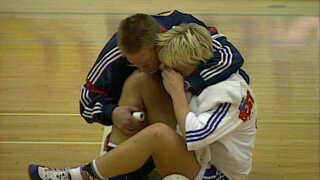Merete Møller og en af de utallige gange, hun skadede sit knæ og måtte humpe fra banen.