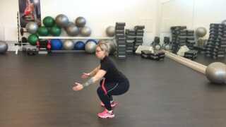 Øvelse 3: Squat med elastik. Her aktiverer man baller og lår. Navlen trækkes ind og benene sænkes ned i squat. Knæene presser man udad, så elastikken giver modstand. Langsomt rejser man sig op og gentager øvelsen.