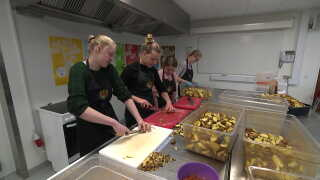Eleverne holder både af det sociale i madlavnings-ugerne, men bruger også den viden, de får, når de forlader skolen.