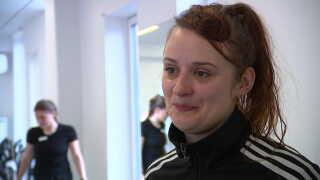 Stina Resting vil helst behandle sin ryg uden medicin. Og træning med andre er både lærerigt og motiverende, siger hun.