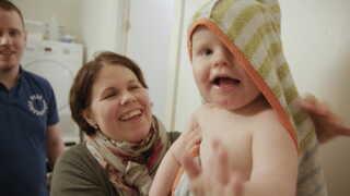 Stine og Kenneth hjælper hinanden, når Linus skal have skiftet ble og bades.